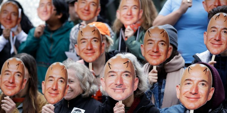 Axios: из-за скандала с главой Amazon борьба с